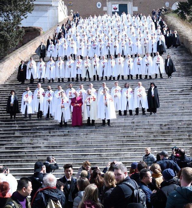 250 Templari Cattolici partecipano al Ritiro Spirituale presso la Basilica dei Santi XII Apostoli a Roma. Processione silenziosa per la Fede per le vie della Città, insieme alla Confraternita del Carmine di Trastevere, portando il crocifisso tra la gente e accompagnando le reliquie dei Santi. Momento storico di accoglienza e catechesi da parte del parroco don Bruno Silvestrini degli agostiniani per la prima volta presso la Pontificia Parrocchia Sant'Anna dei Palafrenieri nel territorio della Città del Vaticano. Celebrazioni e veglia notturna di preghiera presso la Basilica dei XII Apostoli con Padre Agnello Stoia, Frate Francescano e Parroco della Basilica Santi XII Apostoli. Celebrazione Eucaristica nella Basilica di Santa Maria in Aracoeli presieduta da S.E. Mons. Rino Fisichella, Presidente del Pontificio Consiglio per la Promozione della Nuova Evangelizzazione, ricordando insieme con grande commozione i numerosi servizi di volontariato svolti durante il Giubileo Straordinario della Misericordia di Dio.